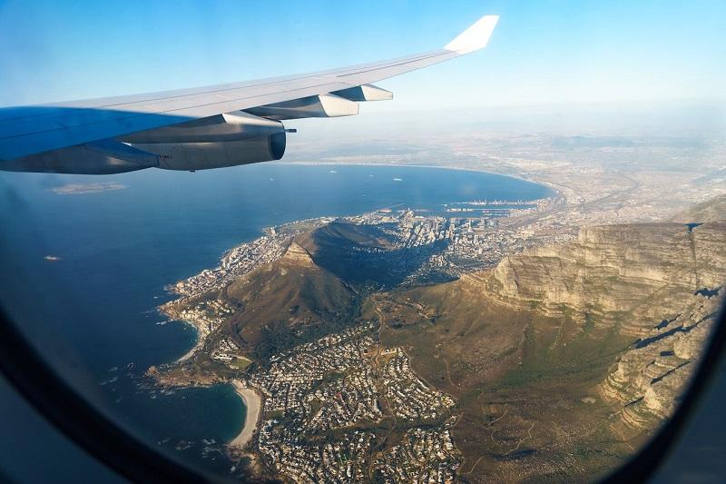 Avião passando pela Cidade do Cabo
