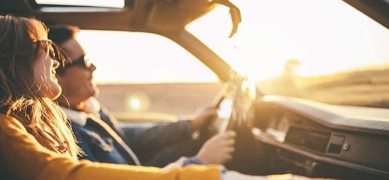 Casal curtindo viagem de carro na Cidade do Cabo
