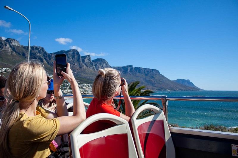 Turistas usando o celular na Cidade do Cabo