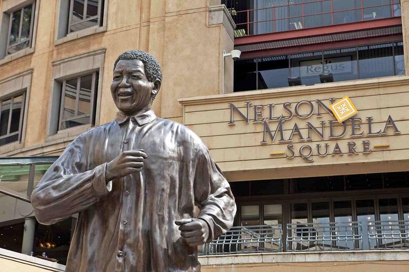 Estátua de Nelson Mandela na Nelson Mandela Square