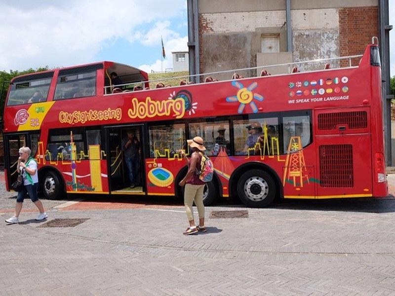 Turistas no ônibus turístico em Joanesburgo