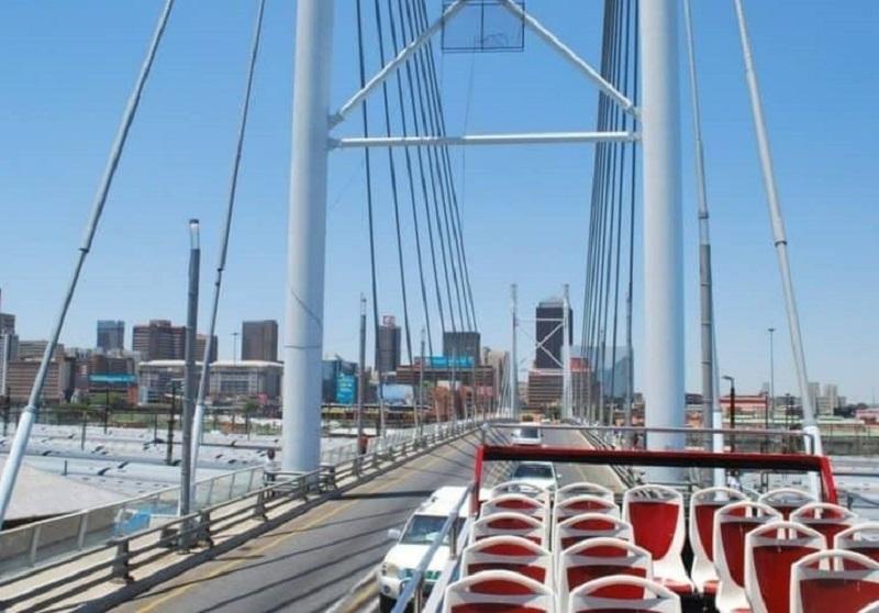 Ônibus turístico em ponte em Joanesburgo