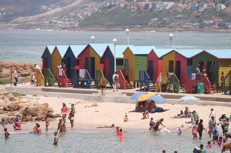 Banhistas em Muizenberg Beach na Cidade do Cabo