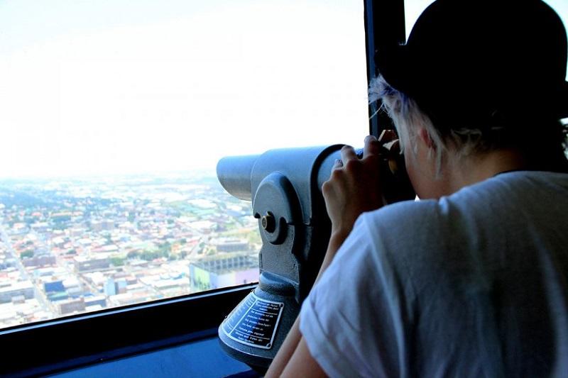 Turista analisando paisagem do Carlton Centre em Joanesburgo