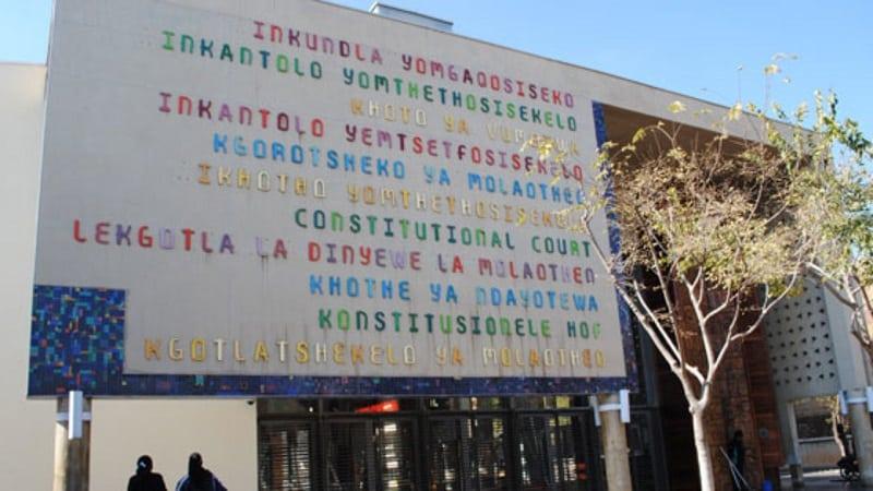 Dizeres na entrada da Constituição Hill em Joanesburgo