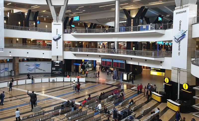 Área interna do aeroporto de Joanesburgo