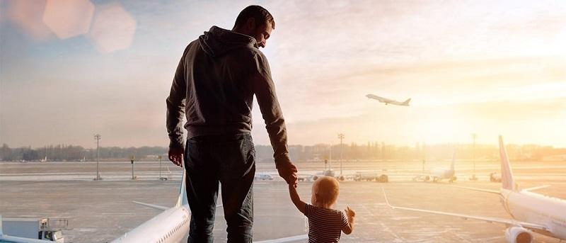 Pai e filho em aeroporto