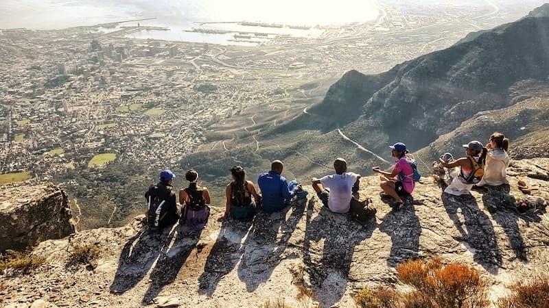 Amigos contemplando vista da Table Mountain
