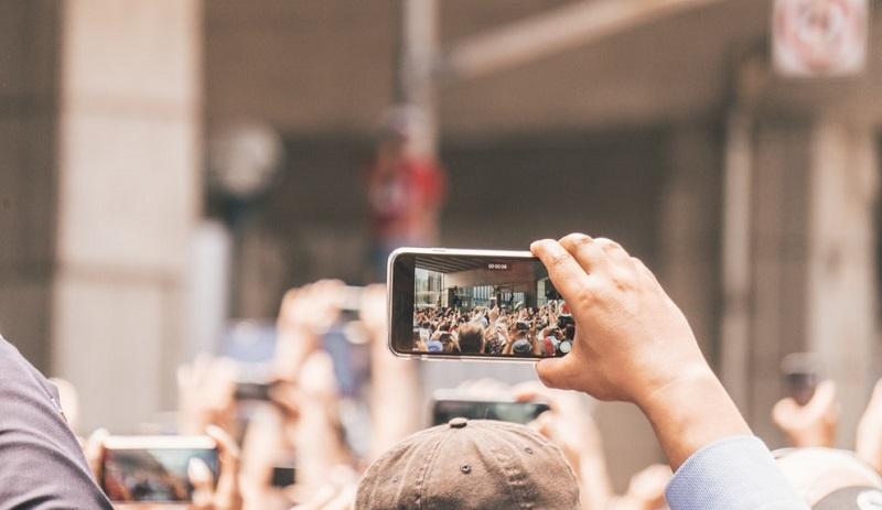 Pessoa usando o celular