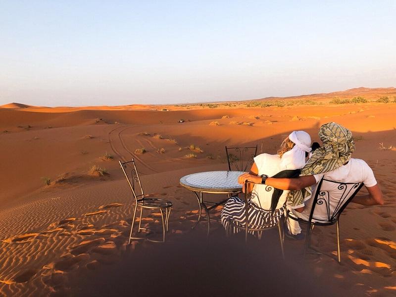 Casal curtindo o deserto de Merzouga