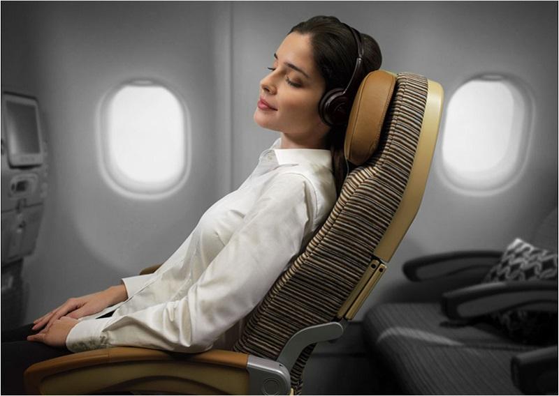 Menina dormindo em avião