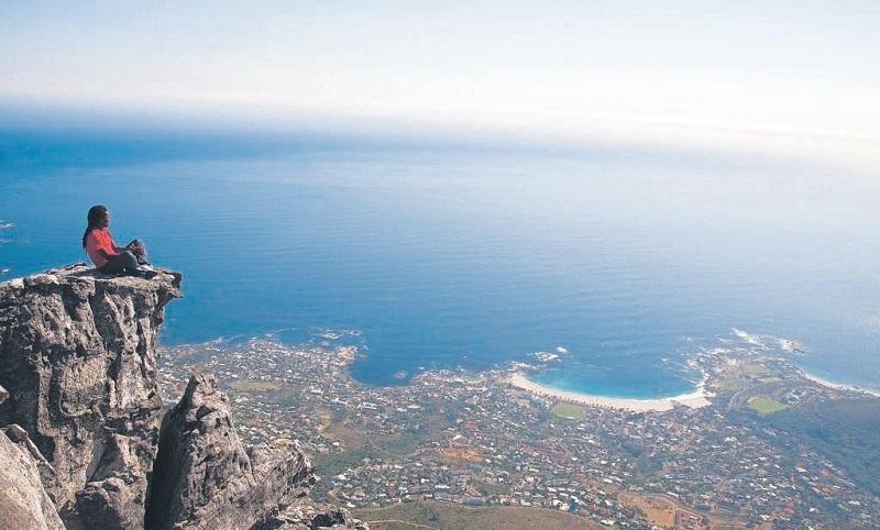 Turista contemplando vista da Cidade do Cabo