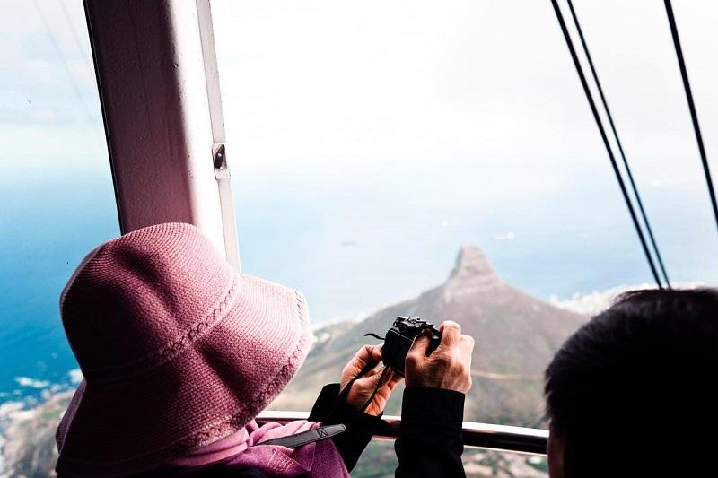 Turista fazendo fotos da Cidade do Cabo
