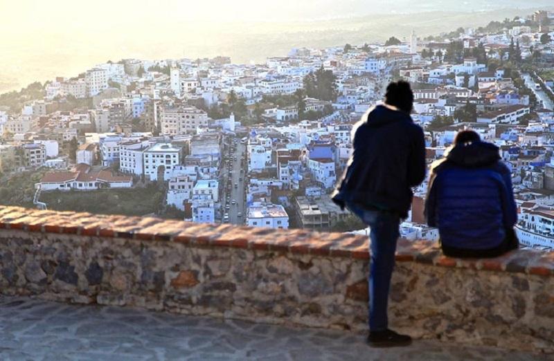 Turistas contemplando paisagem marroquina